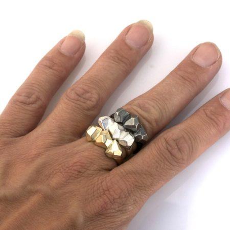 Rock ringene kan fint kombineres og sættes sammen. Af Christel Kaaber Guldsmedie.