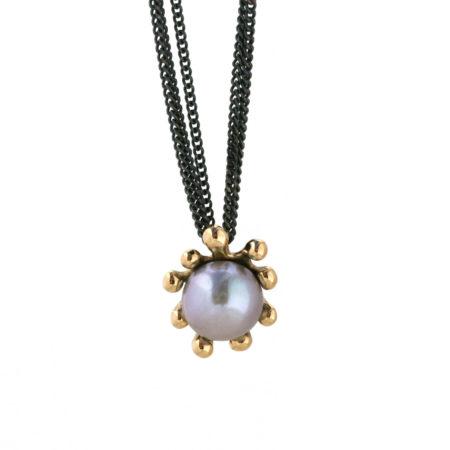 Søanemone halskæde i guld med grå perle hængende. Håndlavet af Christel Kaaber Guldsmedie