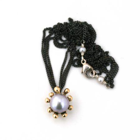 Hele søanemone halskæden i guld med grå perle. Der kan også ses perledetaljen omkring låsen. Håndlavet af Christel Kaaber Guldsmedie