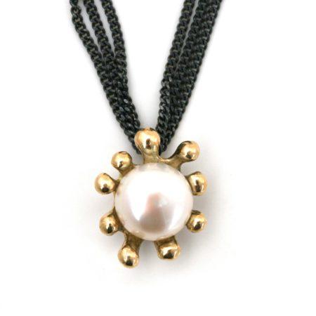 Søanemone halskæde i guld med hvid perle, set for fra. Håndlavet af Christel Kaaber Guldsmedie