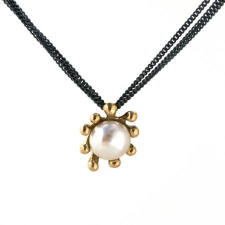 Søanemone halskæde i guld med hvid perle hængende, som dn vil omkring halsen. Håndlavet af Christel Kaaber Guldsmedie