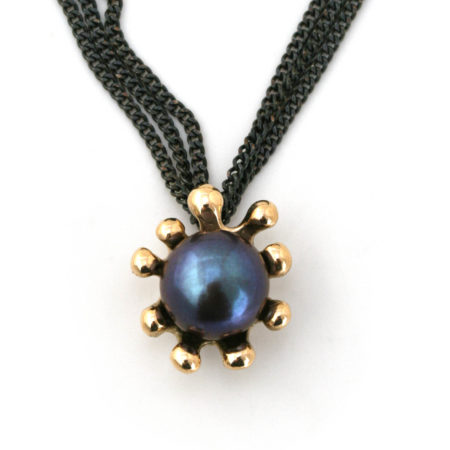 Søanemone halskæde i guld med mørk perle, set forfra. Håndlavet af Christel Kaaber Guldsmedie