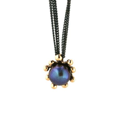 Hængende søanemone halskæde i 14 kt guld med en flot mørk perle. Håndlavet af Christel Kaaber Guldsmedie