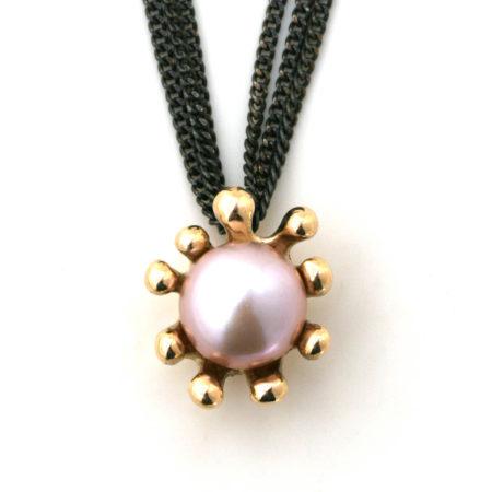 Fronten af Søanemone halskæden i 14 kt guld med en rosa perle. Håndlavet af Christel Kaaber Guldsmedie