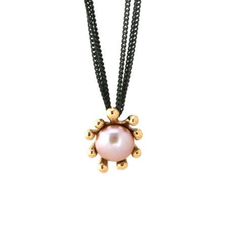 Hængende søanemonehalskæde i guld med rosa perle. Håndlavet af Christel Kaaber Guldsmedie