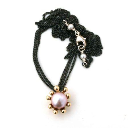 Hele søanemone halskæden i 14 kt guld med rosa perle kan ses. Derved kan man også se perledetaljerne, der er omkring låsen. Håndlavet af Christel Kaaber Guldsmedie