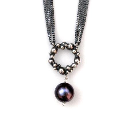 Halskæde med stor knopkrans og en mørk perle. Håndlavet af Christel Kaaber Guldsmedie
