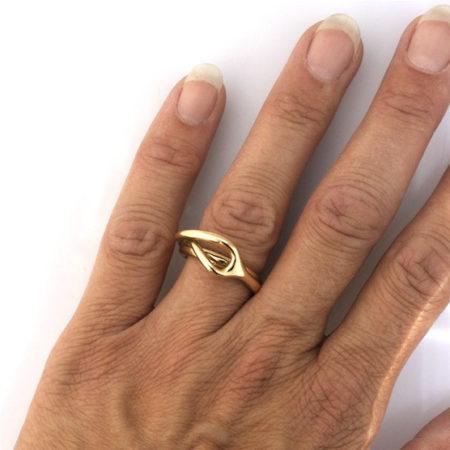 Ringe til damer. Sving ring i 14 kt guld set på hånd. Håndlavet af Christel Kaaber Guldsmedie.