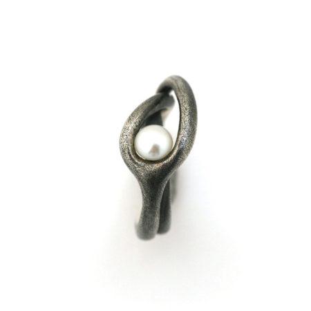 Fingerringe til kvinder. Svingring i sort sølv med hvid perle. Håndlavet af Christel Kaaber Guldsmedie.