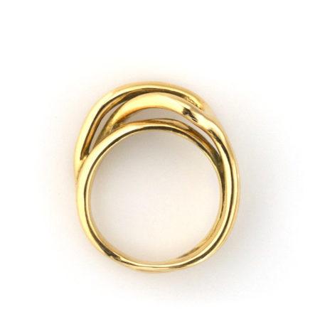 Ringe til damer. Sving ring i 14 kt guld set i profil. Håndlavet af Christel Kaaber Guldsmedie.