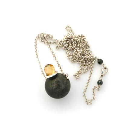 Citrin og sølvkuglevedhæng i halskæde med perledetaljer omkring låsen. Håndlavet af Christel Kaaber Guldsmedie