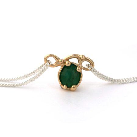Helt unik halskæde. Svinghalskæde med en smaragd sat i guld. Håndlavet af Christel Kaaber Guldsmedie.